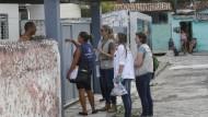 Brasilianische und amerikanische Gesundheitsarbeiter suchen Studienteilnehmer zur Erforschung von Zika. Die IAEA hat einen anderen Ansatz entwickelt und setzt gegen das Virus jetzt Bestrahlungsgeräte in Brasilien ein.