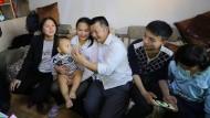 Endlich wieder mit der Familie vereint: Wang Mingqing (Mitte) hat seine Tochter Kang Ying (Zweite von links) wiedergefunden.