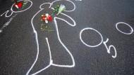 Kreidespuren zeigen im März 2009 den Umriss des Amokläufers Tim K. vor einem Autohaus in Wendlingen am Neckar, wo er sich erschossen hatte.