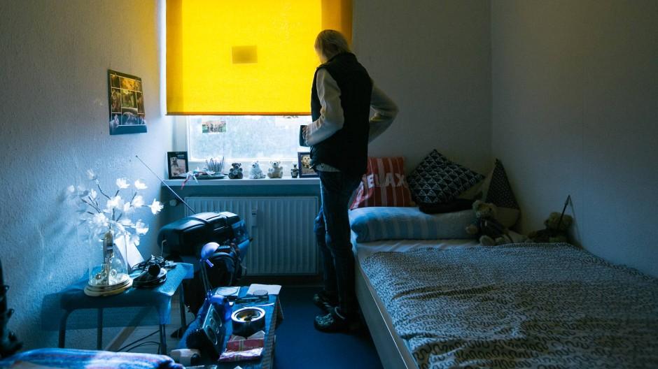 """Blick in das Zimmer einer Bewohnerin der Einrichtung """"FrauenbeDacht"""" in Berlin, die obdachlosen Frauen hilft."""