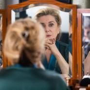 Sie muss den Spiegel nicht anschauen, es reicht, dass der Spiegel sie anschaut und bewundert: Catherine Deneuve.