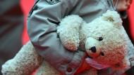 Ein Kind mit einem Teddybären, aufgenommen im September 2013 in Berlin. Eine Mutter soll ihr Kind anderen Männern gegen Geld für Vergewaltigungen zur Verfügung gestellt haben.