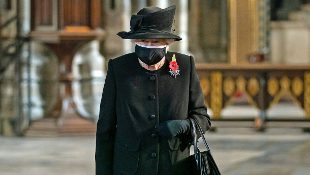 Die Queen trägt erstmals öffentlich Mundschutz
