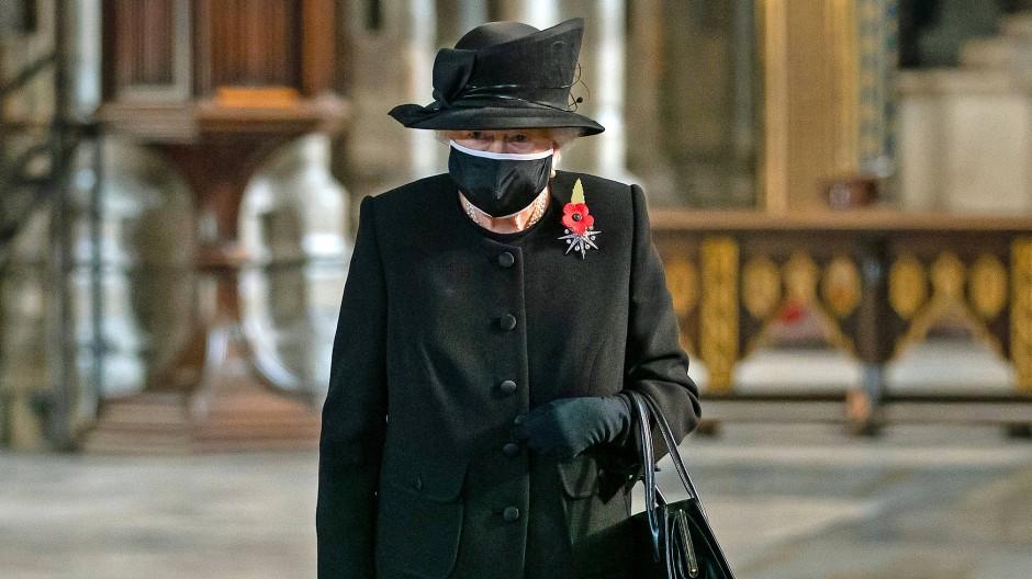 Aus gegebenen Anlass in schwarz: Königin Elizabeth II. trug erstmals öffentlich eine Maske.