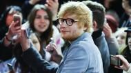 Eigentlich sollte Sänger Ed Sheeran in Düsseldorf vor über 85.000 Zuschauern auftreten - die Tickets sind schon bezahlt.
