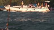 Philippinische Fischer bringen die vor der Küste treibende Jacht an Land, in der ein Deutscher tot aufgefunden wurde.