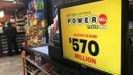 Ein Zeitschriftenladen in New York macht Werbung für das Spiel Powerball, bei dem ein Spieler am Wochenende 560 Millionen Dollar gewonnen hat.