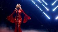 """In knallroter Robe eröffnete Bebe Rexha die MTV EMA Gala als """"die größte Show des Jahres""""."""