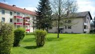 Beamte der Spurensicherung stehen am Dienstag vor dem Haus in Rosenheim. Einen Tag später ist unklar, ob es sich im Fall der dort eingesperrten jungen Frau um eine Straftat handelt.