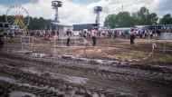 Festival-Besucher stecken noch im Schlamm fest