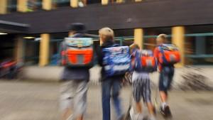 Kinder verteilen 15.000 Euro an Mitschüler