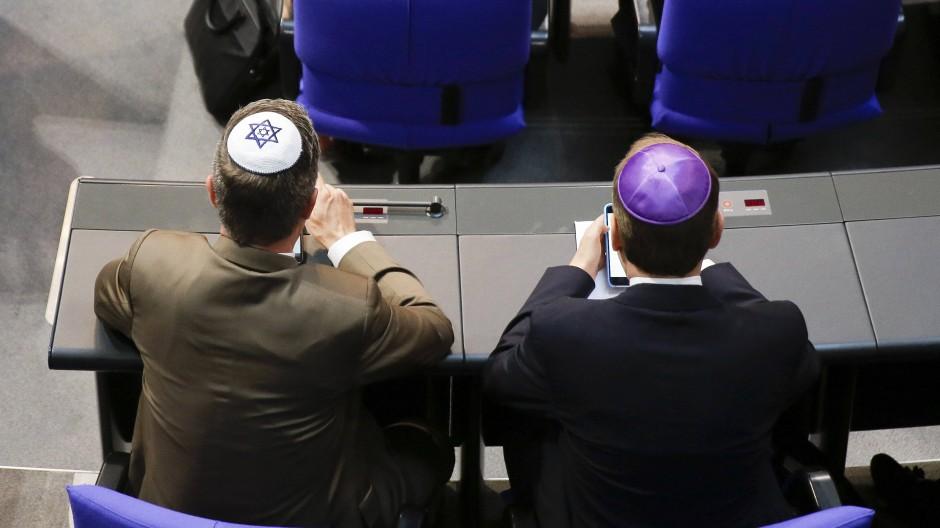 Zwei Mitglieder der CDU-Fraktion im Bundestag tragen am Donnerstag Kippa.