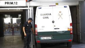 Die Eltern von Ashya werden im Polizeifahrzeug zum Nationalen Gerichtshof in Madrid gebracht