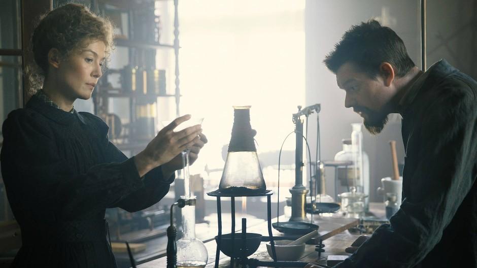 Gleichberechtigte Partnerschaft: Marie (Rosamund Pike) und Pierre Curie (Sam Riley) bei der Arbeit im Labor.