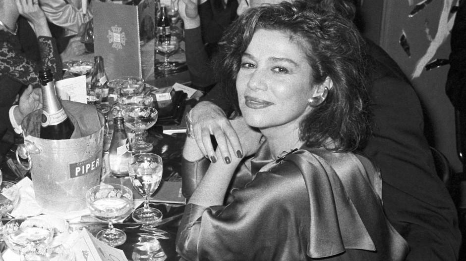 Im Jahr 1990: Die Schauspielerinnen Hannelore Elsner (rechts) und Sonja Kirchberger (links) sowie der Filmproduzent Bernd Eichinger (2.v.l.) sitzen beim 17. Deutschen Filmball zusammen.