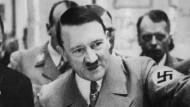 Adolf Hitler während der Zweiten Ausstellung für Kunst und Architektur. Über seine Biografie sind neue Details bekannt geworden.