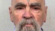 Der ehemalige Sektenführer Charles Manson sitzt wegen mehrerer Morde lebenslang in einem kalifornischen Gefängnis.
