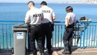 Polizisten untersuchen die Unfallstelle an der Promenade in Nizza.