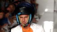 Ohne Hemd, aber dafür mit Helm: Anzug von Enrico Coveri