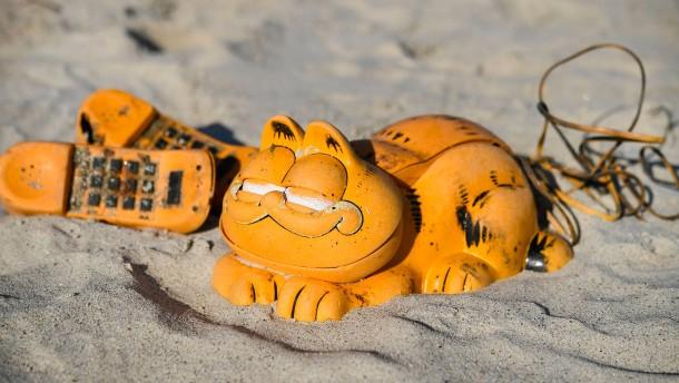 Rätsel um angespülte Garfield-Telefone in der Bretagne gelöst