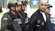 Sichtlich wütend über Festnahme und Auslieferung: Der Drogenboss Gerson Gálvez am Sonntag in Bogotá auf dem Weg zum Flugzeug nach Peru.