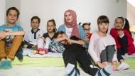 Sechslinge plus eins: Ahmed, Adem, Zeynep, Esma, Zehra und Rana (von links nach rechts), im Schoss seiner Mutter Roksana liegt Nesthäkchen Malik Musa.