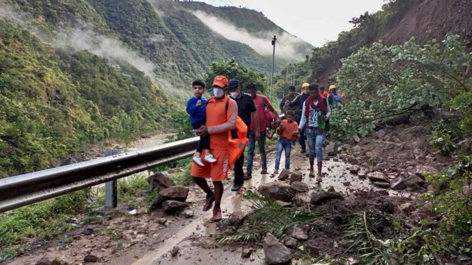 Indien, Nainital: Mitarbeiter der nationalen Katastrophenschutztruppe bei der Rettung von Zivilisten, die nach schweren Regenfällen im Dorf Chhara gestrandet sind.