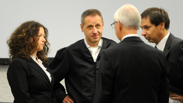Ein zäher Tag: Die Anwälte des Angeklagten vor dem Prozess.