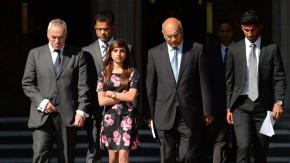 Junal Saldanha (rechts), Sohn der Verstorbenen, Benedict Barboza (2.v.l.), ihr Ehemann, Lisha Saldanha, die Tochter, und der  Labour-Politiker Keith Vaz (Mitte) vor dem Zivilgericht.