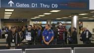 """Fluggäste stehen im Januar am Flughafen Fort Lauderdale in Florida Schlange. Ein Sohn von Muhammed Ali ist dort festgehalten worden – obwohl der umstrittene """"Muslim Ban"""" derzeit außer Kraft gesetzt ist."""