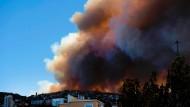 Rauch steigt am Montag über Valparaíso empor. Bis zum Abend konnte das Feuer nur teilweise unter Kontrolle gebracht werden.