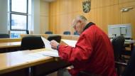 Gut vorbereitet: Reinhard H. vor Verhandlungsbeginn am Frankfurter Landgericht.