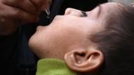 Eine Gesundheitsarbeiterin gibt einem 13 Jahre alten Jungen eine Polio-Impfung im pakistanischen Karachi. Die WHO setzt darauf, Polio in Pakistan bis Ende des Jahres auszurotten.