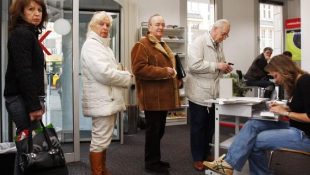 Verbraucherschützer fordern Hilfe für Sparer