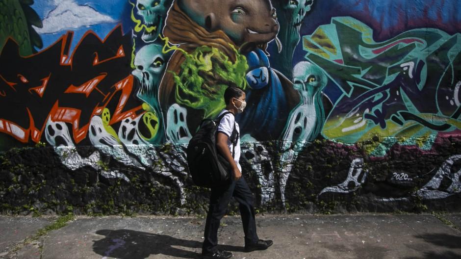 Das ging nicht lange gut: Ein Schüler macht sich im November in Rio de Janeiro auf den Weg zum Unterricht – nun sind die Schulen wieder geschlossen.