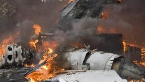 Kampfjet stürzt in Wohngebiet