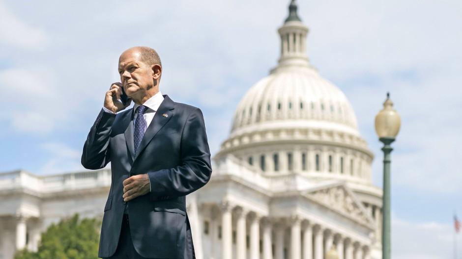 Der Finanzminister nutzt die Bühnen, die sich ihm bieten: Anfang Juli posierte Olaf Scholz vor dem Kapitol in Washington.