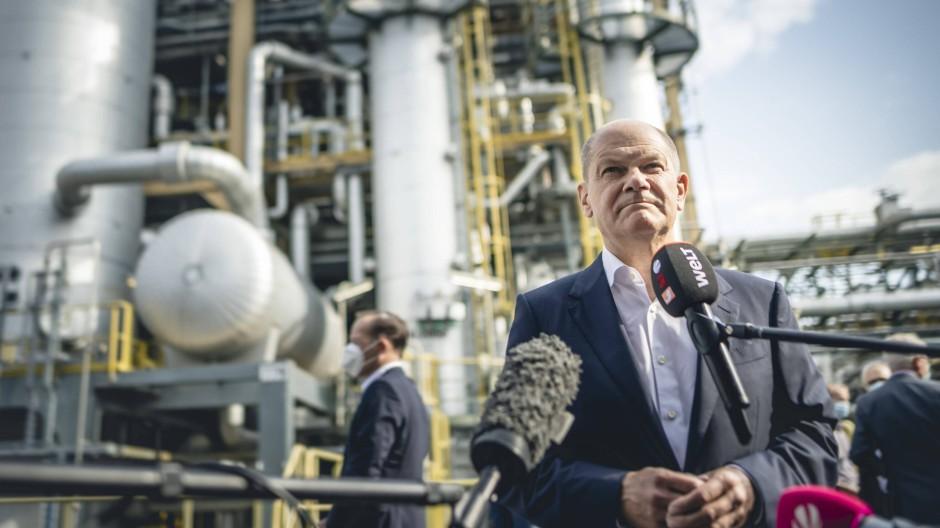 Bundesfinanzminister Olaf Scholz (SPD) besucht ein Evonik-Werk in Marl.