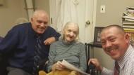 die Jahrzehnte vermisste Flora Harris im Altersheim mit zwei Polizeibeamten