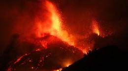 Die Lava verschlingt Häuser