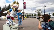 Kinder lassen sich am Mittwoch in St. Petersburg mit den WM-Maskottchen fotografieren.