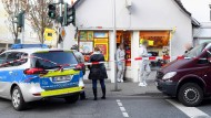 Nach dem Raubüberfall auf einen Kiosk in Wiesbaden sichern Polizeibeamte am 20. Dezember  den Tatort.