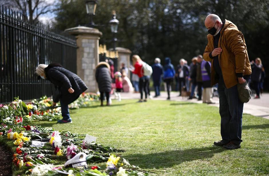 Trotz der Aufforderung des Palastes, aufgrund der Pandemie von Besuchen abzusehen, sind am Wochenende viele Trauernde zum Schloss Windsor gekommen.