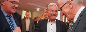 Der CDU-Europa-Abgeordnete Rainer Wieland (von links nach rechts), der Landesvorsitzende der CDU Baden-Württemberg, Thomas Strobl, und Winfried Kretschmann, Ministerpräsident von Baden-Württemberg (Bündnis 90/Die Grünen), begrüßen sich zum Auftakt der Großen Koalitionsrunde am Sonntag in Stuttgart.