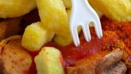 Seit mehr als 20 Jahren sind Currywurst und Pommes-Beilage am Arbeitsplatz so gefragt wie kein anderes Gericht.