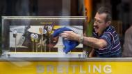 Herausgeputzt: Die Schaukästen von Breitling werden in einem Londoner Laden des Uhrenherstellers poliert.