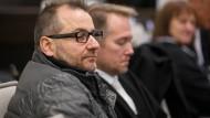 Der Angeklagte Wilfried W. (links) und sein Verteidiger sitzen am Ende Januar im Landgericht Paderborn.