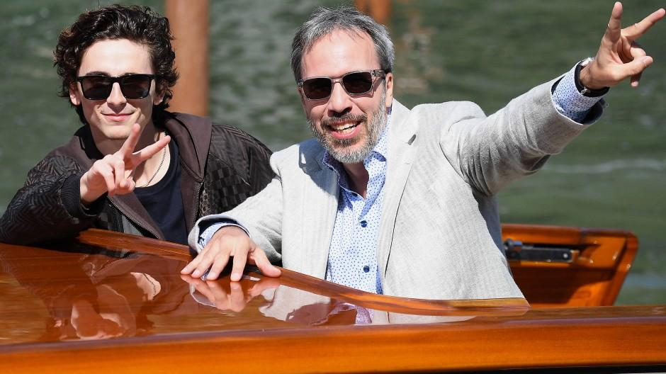 Timothee Chalamet (links) und Regisseur Denis Villeneuve kommen per Wassertaxi am Lido in Venedig an.