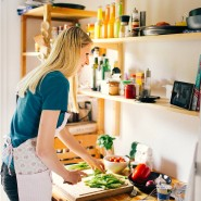 Kochen, das bedeutet  Geselligkeit: Unsere Autorin kommuniziert per Tablet mit Lehrer Mangold.