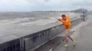 """""""Nicht das Schicksal herausfordern"""": Ein junger Mann kämpft gegen den Wind in New Orleans."""